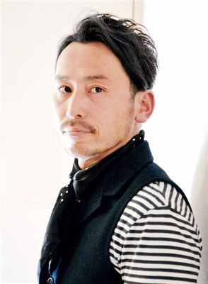 30代以上の大人の男性に似合うツーブロックショートで、薄毛やクセ毛での人にも挑戦しやすい髪型です。